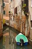Boot auf ruhigem Kanal Lizenzfreies Stockbild