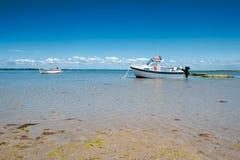 Boot auf Sand mit Wasser lizenzfreie stockbilder
