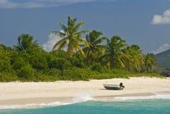 Boot auf sandigem Strand stockfoto