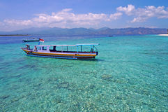 Boot auf sauberem Türkiskristallwasser Lizenzfreies Stockbild