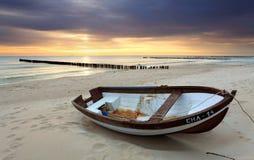 Boot auf schönem Strand. Lizenzfreies Stockfoto