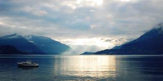 Boot auf See Como bei dem Sonnenuntergang Gute Seiten Lizenzfreie Stockfotografie