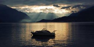 Boot auf See Como bei dem Sonnenuntergang Gute Seiten Lizenzfreie Stockbilder