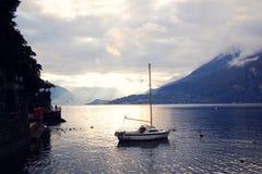 Boot auf See Como bei dem Sonnenuntergang Gute Seiten Stockfotografie
