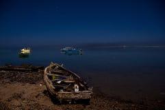 Boot auf Seeküste Stockbilder