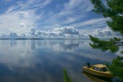 Boot auf Seeufer Stockfoto