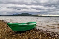 Boot auf Seeufer Lizenzfreie Stockfotografie