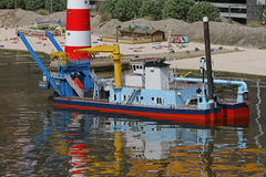 Boot auf seichtem Wasser Stockbild