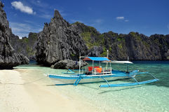 Boot auf Shimizu Island nahe EL Nido - Palawan, Philippinen stockfotografie