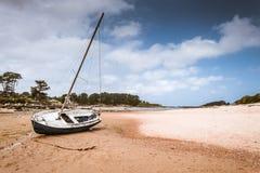 Boot auf Strand in Bretagne Stockfoto
