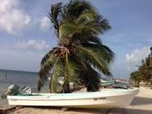 Boot auf Strand Caye-Kalfaterer Lizenzfreie Stockfotos