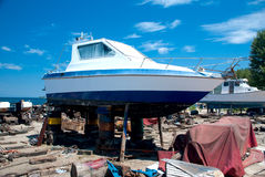 Boot auf Ufer Stockfoto