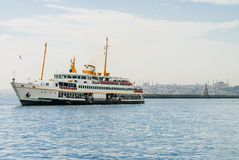 Boot auf Wasser und Moschee hinten Stockfotos