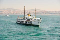Boot auf Wasser und Stadt hinten Stockfotos