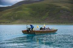 Boot auf Yamdrok See stockbild