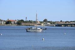 Boot, Baai en Vuurtoren Royalty-vrije Stock Foto's
