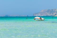 Boot in Balos-Lagune auf Kreta stockbilder