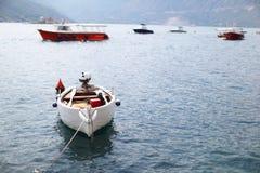 Boot befestigt im Schacht auf adriatischer Küste Lizenzfreie Stockfotografie