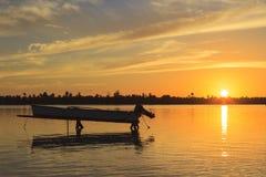 Boot bei Sonnenuntergang auf das Polynesien lizenzfreie stockbilder