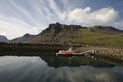 Boot, Berg, Reflexion in Island Lizenzfreie Stockbilder