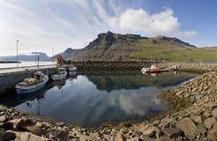 Boot, Berg, Reflexion in Island Lizenzfreies Stockfoto