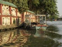 Boot bij de drijvende tempel - Saigon-Rivier Stock Afbeelding