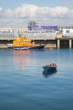 Boot bij de jachthaven wordt verankerd die Stock Afbeelding