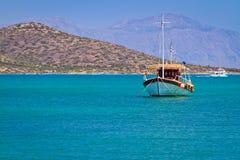 Boot bij de kust van Kreta Stock Foto's