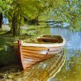 Boot bij de kust van rivier stock fotografie