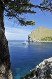 Boot bij de Kust van Sa Calobra Stock Afbeeldingen