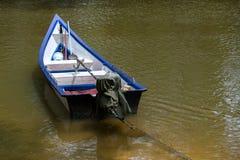 Boot bij de rivier Stock Afbeeldingen
