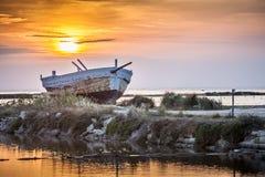 Boot bij de zonsondergang Stock Foto