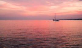 Boot bij de zonsondergang Stock Afbeeldingen