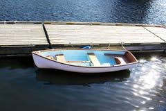 Boot bij een dok stock fotografie