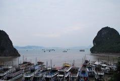 Boot bij Halong-Baai, Hanoi, Vietnam Stock Foto