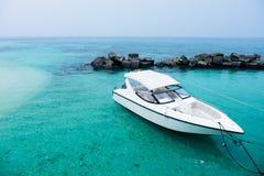 Boot bij het blauwe overzees Stock Afbeeldingen