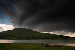 Boot bij het meer Stock Afbeelding