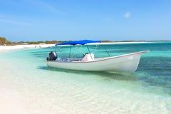 Boot bij het tropische strand, archipel Los Roques stock foto