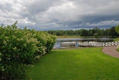 Boot bij meerpijler en wolken Royalty-vrije Stock Foto's