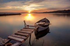 Boot bij piar op zonsondergang royalty-vrije stock afbeelding