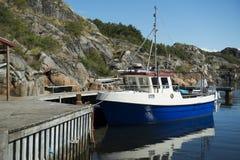 Boot bij pier door het overzees Stock Foto's