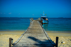 Boot bij Pier met Blauwe Overzees en Hemel wordt vastgelegd die Royalty-vrije Stock Foto