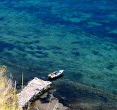 Boot bij pier op een de zomerdag royalty-vrije stock fotografie