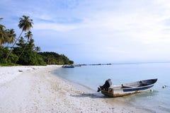 Boot bij strand Stock Afbeeldingen