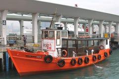 Boot bij veerbootpijler nummer 4, Hongkong Stock Foto