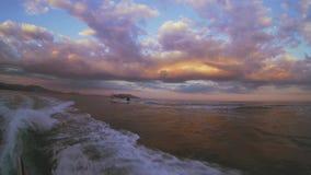 Boot bij zonsondergang stock footage