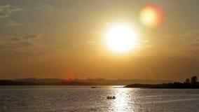 Boot bij zonsondergang stock videobeelden