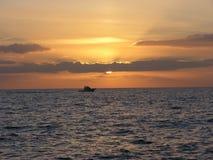 Boot bij zonsondergang Stock Afbeeldingen