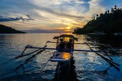 Boot bij zonsondergang aan Togian-Eilanden Royalty-vrije Stock Foto