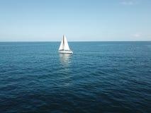 Boot binnen aan de blauwe oceaan stock fotografie